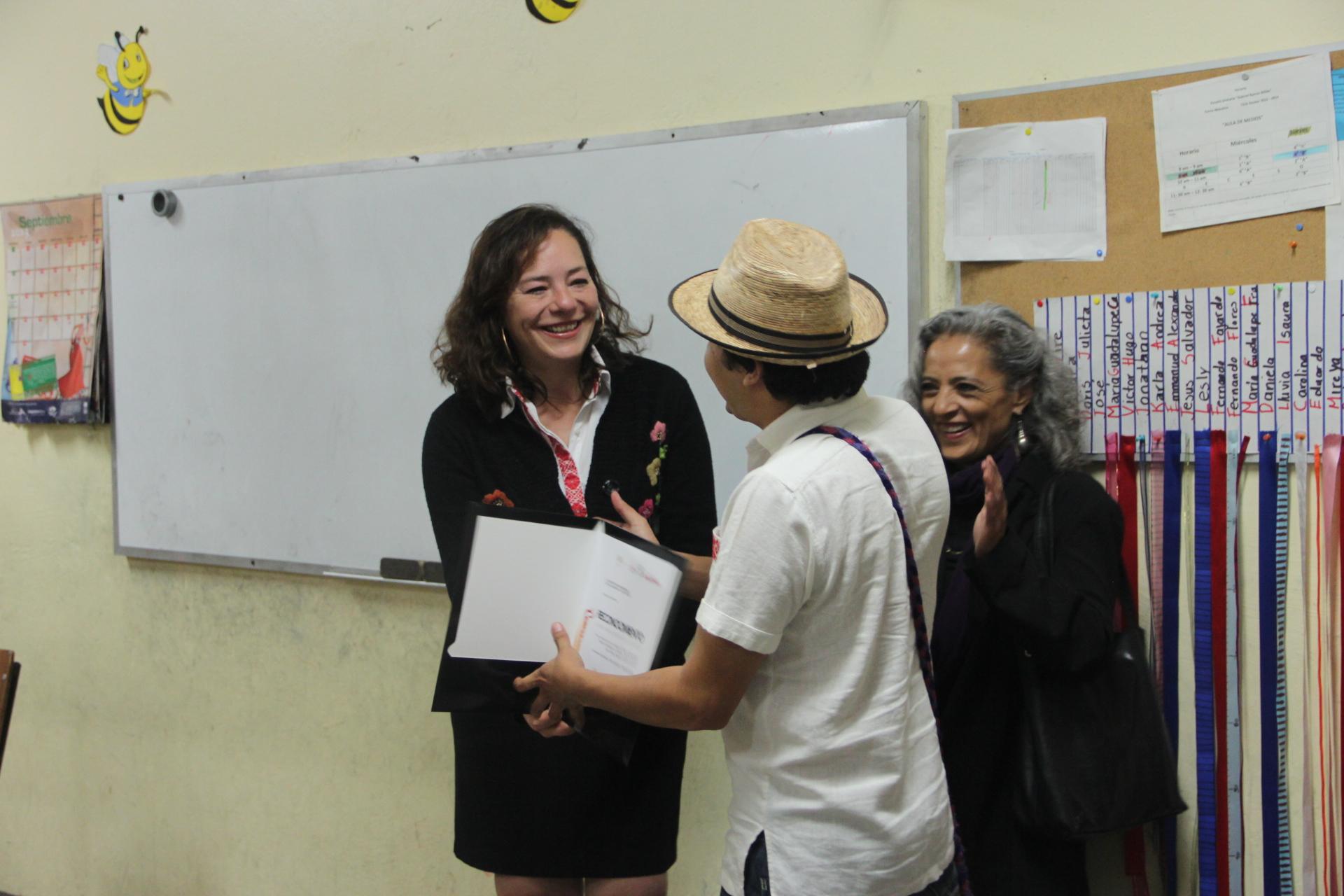 Entrega Directora General del IQCA reconocimiento a maestros que impartieron talleres en Escolásticas, Pedro Escobedo