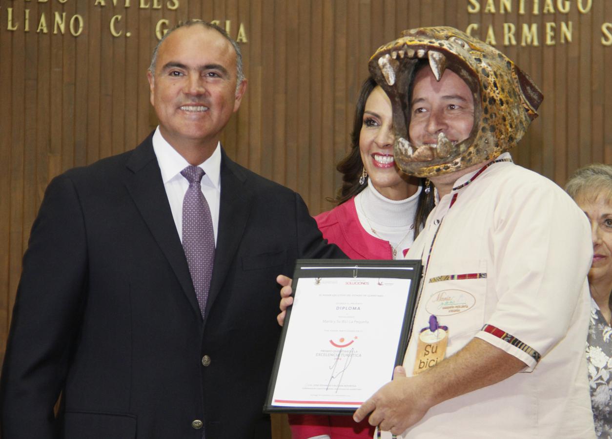 El Gobernador José Calzada entrega el Premio a la Excelencia Turística 2014