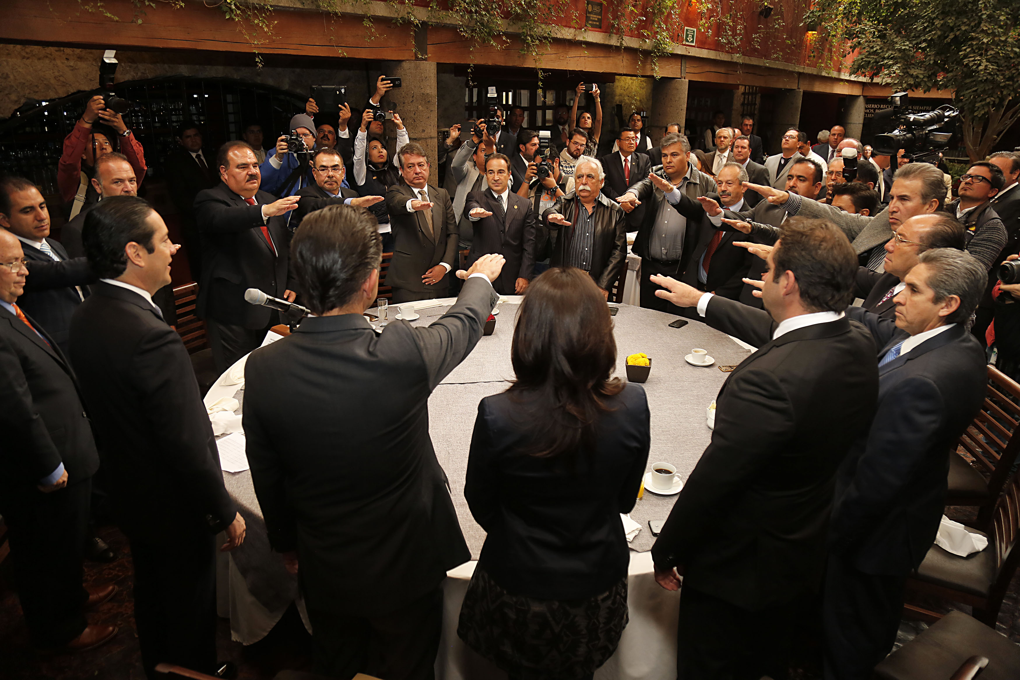 El Gobernador Toma Protesta a la Mesa Directiva de la CANIRAC